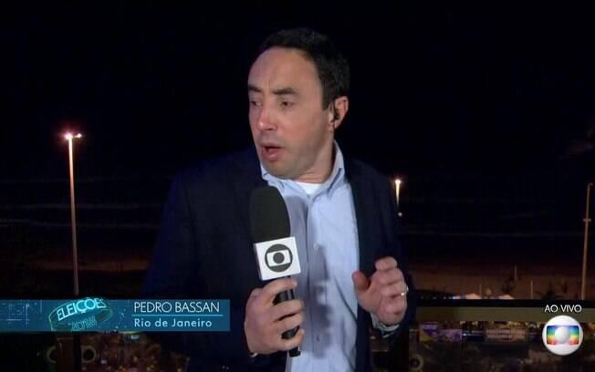 Repórter da Globo Pedro Bassan é surpreendido por fogos de artifício e se assusta durante link ao vivo