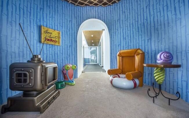 O hall é decorado exatamente como a sala de Bob Esponja, com papel de parede característico e