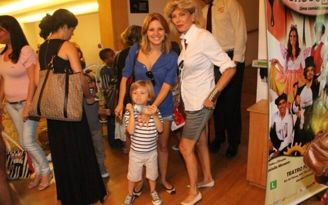 Patrícia de Sabrit foi com o filho, Max, e a mãe, Marina de Sabrit, assistir peça infantil