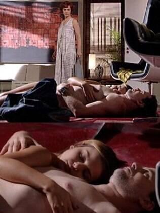 Esther encontra o ex-marido dormindo com Vanessa no chão da Fio Carioca