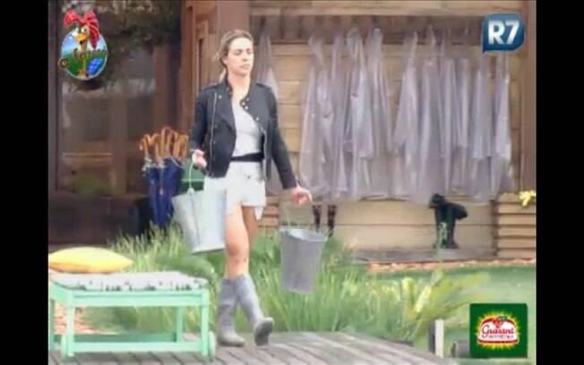 Joana se preparar para cumprir tarefas, antes de se encontrar com Monique Evans