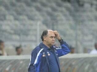 Marcelo Oliveira observa o jogo com sua postura mais concentrada
