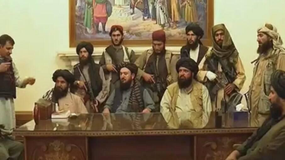 Talibãs no Palácio presidencial do Afeganistão