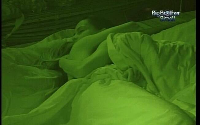 Já na cama, sisters se abraçam e trocam palavras de carinho