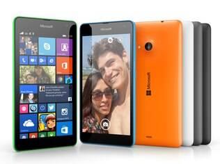 Lumia 535 tem câmera frontal com lente grande angular de 5 megapixels e uma câmera traseira com flash também de 5 megapixels