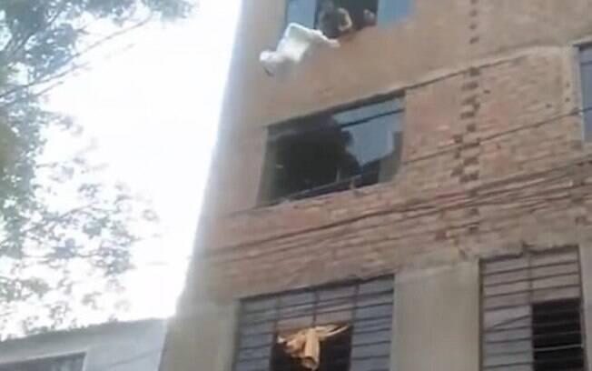 Em meio a um incêndio, uma mãe teve que jogar sua bebê do quarto andar de um prédio para tentar salvar sua vida