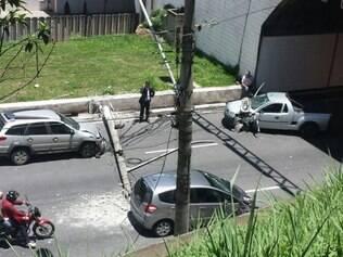 Fiat Strada conduzida por um senhor derrubou o poste que atingiu o veículo que seguia logo atrás