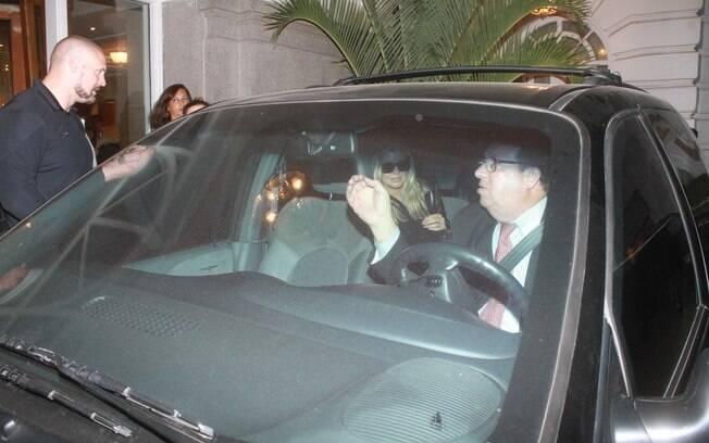 Fergie deixa o Copacabana Palace ruma ao aeroporto Tom Jobim