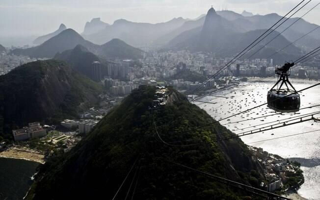 Balão junino ficou preso em cabos do Bondinho, Pão de Açúcar, Rio de Janeiro
