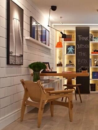 A organização dos quadros na parede deve respeitar o tamanho do ambiente e o bom senso