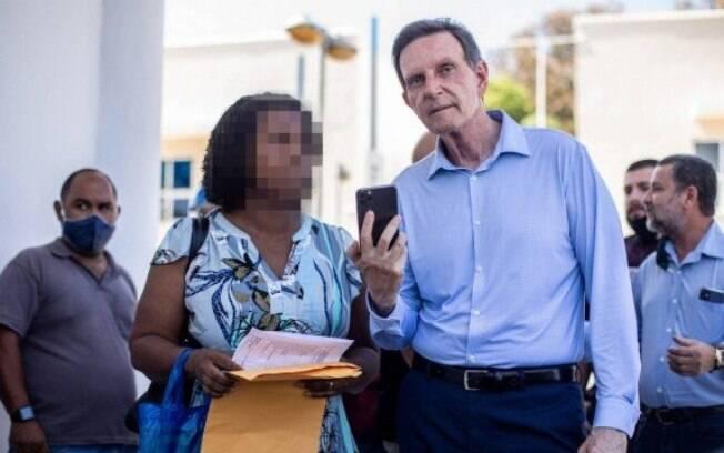 Em visita à Vila Olímpica Oscar Schmidt em Santa Cruz, Simone da Conceição pediu emprego a Crivella