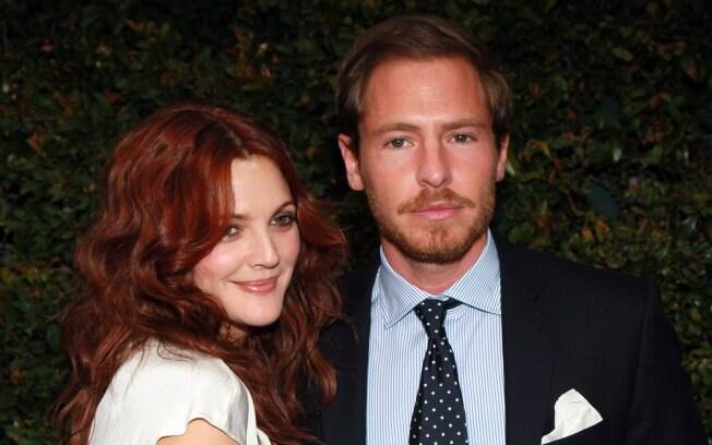 Drew Barrymore e seu noivo Will Kopelman adotaram um caozinho nesse domingo (29)