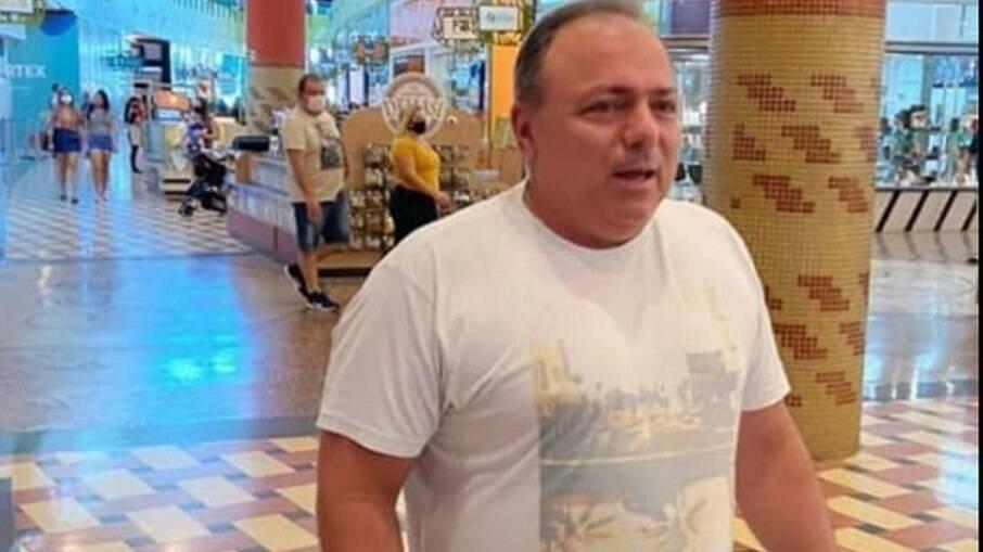 Pazuello flagrado sem máscara em Shopping de Manaus