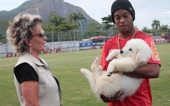 Ronaldinho Gaucho ganhou de presente de aniversário de Ana Maria Braga, um cachorro