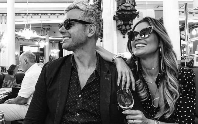 Otaviano Costa e Flávia Alessandra curtem férias em família na França. Flávia volta as novelas esse ano em