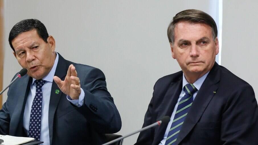 Vice-presidente Hamilton Mourão fala ao lado do presidente Jair Bolsonaro