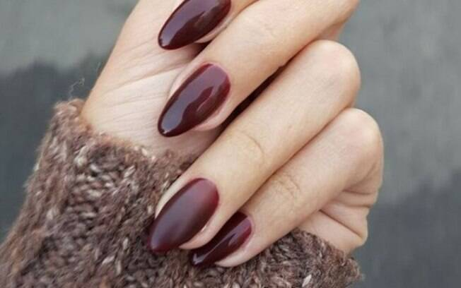 As unhas amendoadas são a tendência do momento quando o assunto é manicure e combinam com  qualquer estilo