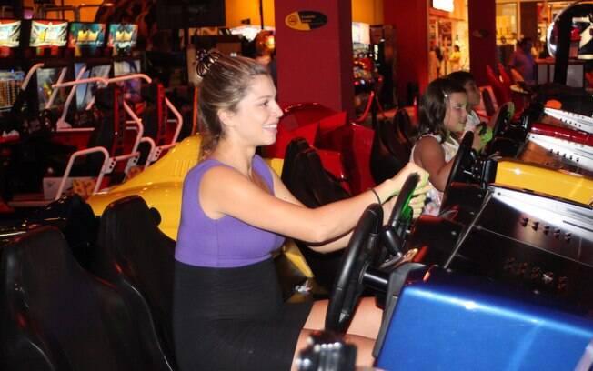Grazi Massaera brinca em simulador de corrida