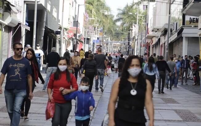 Apesar de seguir em tendência de alta da doença, país flexibiliza isolamento cada vez mais