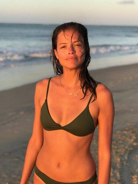 Agatha Moreira curte praia no final da tarde.