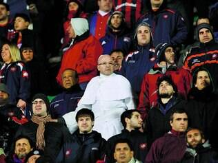 Parece, mas não é. Sósia do papa Francisco é flagrado em meio aos torcedores do San Lorenzo