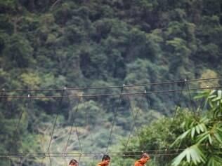 Equilíbrio. Monges atravessam uma ponte nos arredores de Bangcoc
