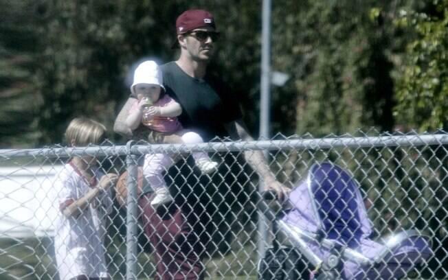 David Beckham leva filha caçula Harper Seven e o mais velho Romeo para passear no parque