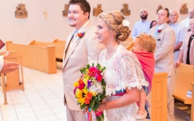 No sling, a pequena Ellora conseguiu participar do casamento dos pais de uma forma única e especial
