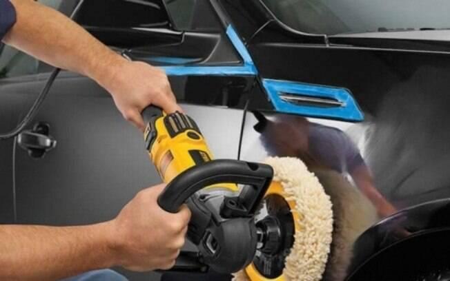 Cuidado com o excesso de polimentos e até aplicação dos produtos. O verniz pode enfraquecer e expor a pintura do carro