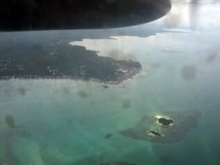 Vista da costa onde estão sendo feitas as buscas pelo AirAsia
