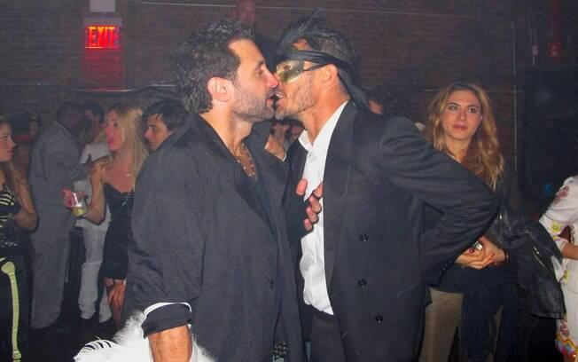 Rico Mansur e conversa com amigo em festa: vítima de ângulo ruim