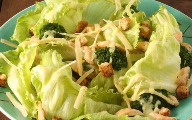 Clique na foto e aprenda a fazer uma salada com frango