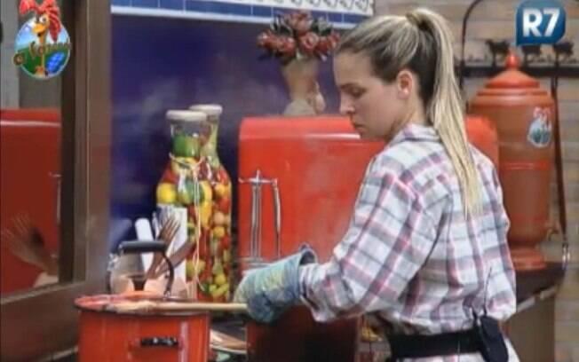 Joana Machado está fazendo o almoço dos peões de hoje