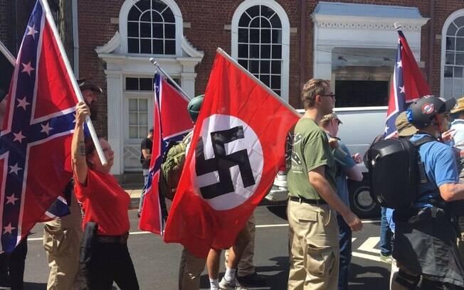 Neonazistas e supremacistas desfilam em cidade norte-americana no sábado, 12 de agosto