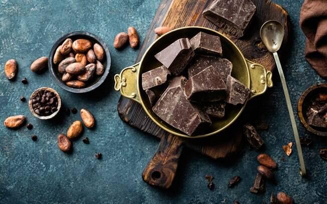 Chocolate amargo é indicado por proporcionar benefícios para a pele, cabelos, unhas e melhorar o sistema cardiovascular