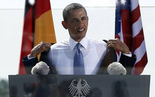 Obama tira o paletó por causa do calor na área do Portão de Brandenburgo, onde discursou em Berlim, Alemanha (19/6/2013)