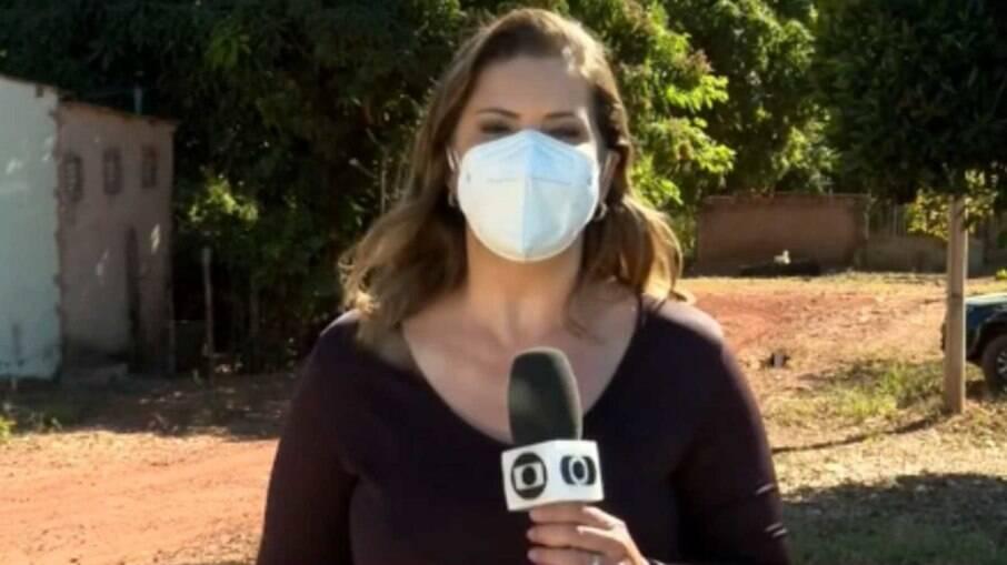 A repórter Giovanna Dourado foi flagrada pelas câmeras da Record e virou meme
