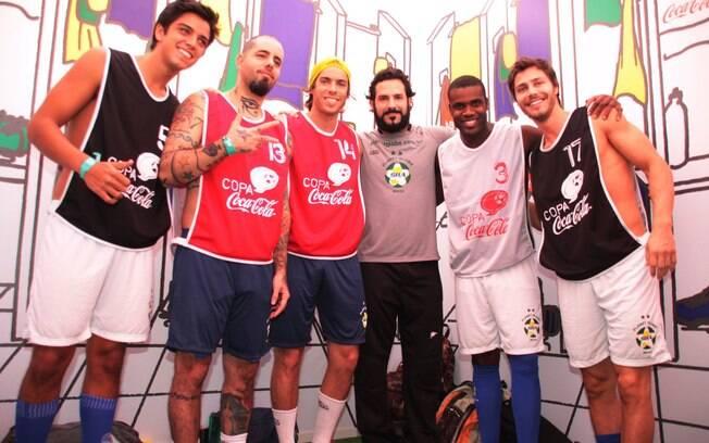 O time de celebridades que comandou a abertura dos jogos da Copa Coca-Cola de futebol