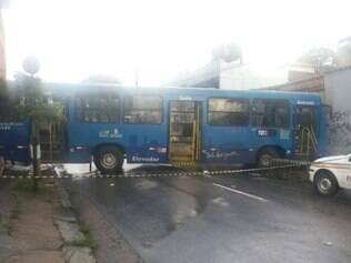 Coletivo bate em ponto de ônibus e deixa dois feridos na rua Niquelina
