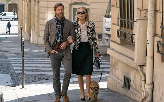 Aaron Eckhart e Marthe Keller em cena do primeiro episódio da antologia The Romanoffs, já em cartaz na Amazon Prime Video
