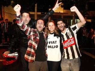 Torcedores do Atlético foram para a sede de Lourdes festejar a classificação à final da Libertadores
