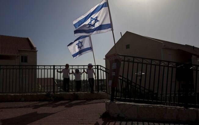 Bandeiras israelenses asteadas no bairro de Ulpana, no assentamento da Cisjordânia (arquivo)