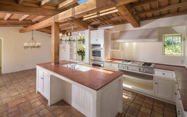 Além do piso, as paredes de estuque e o teto de madeira são outros detalhes que foram mantidos durante as renovações