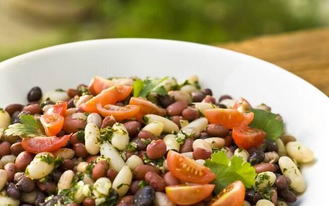 Foto da receita Salada mista de feijões com tomate e coentro pronta.
