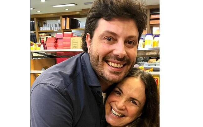 Regina Duarte e Danilo Gentili publicam fotos juntos e internautas se dividem