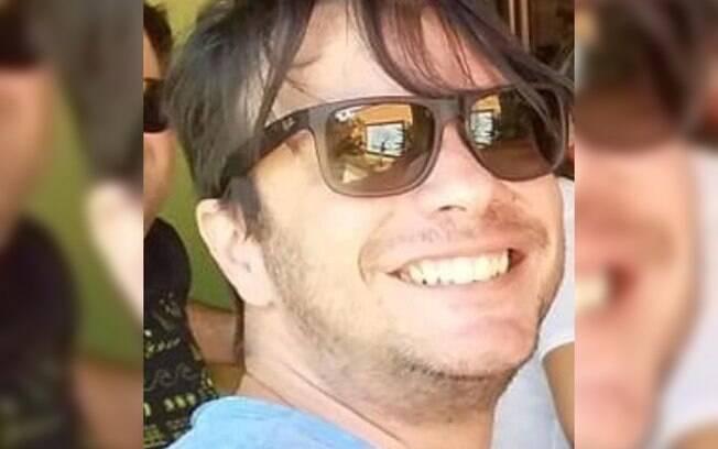 homem de óculos de sol sorrindo