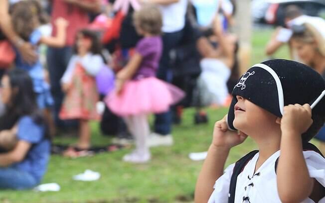 Menino fantasiado de pirata brinca em bloquinho para crianças no bairro de Pinheiros, na cidade de São Paulo