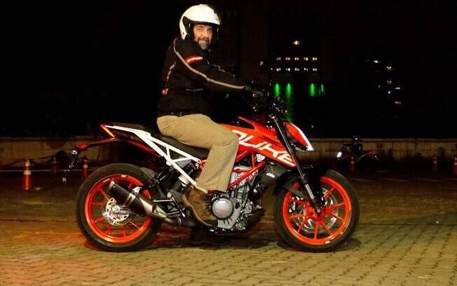 A nova KTM 390 Duke em uma apresentação noturna ainda deixa em evidência o visual nada discreto