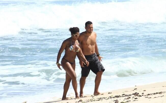 Adriana Bombom apareceu com o tenete Monteiro em praia no Rio em 02 de março