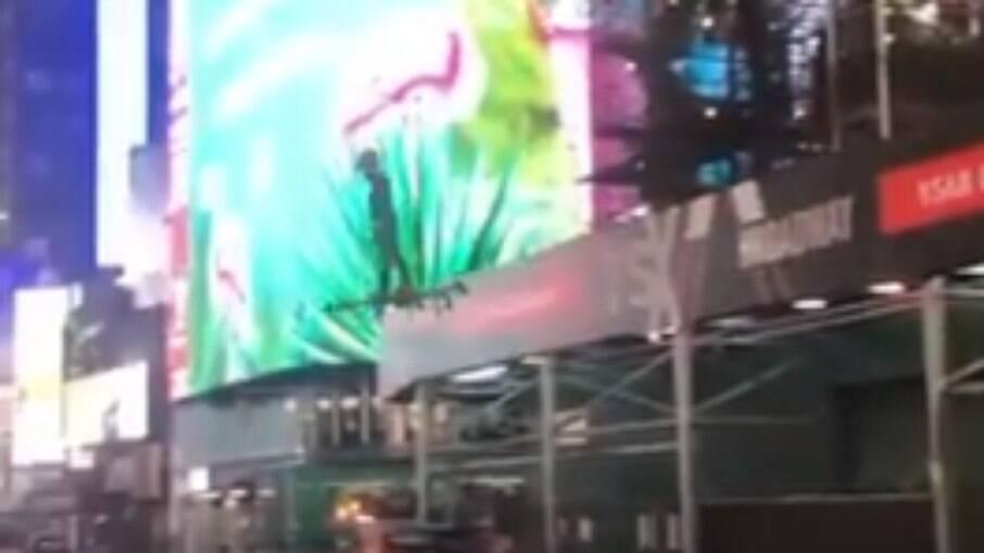 Homem atravessa Times Square em drone gigante